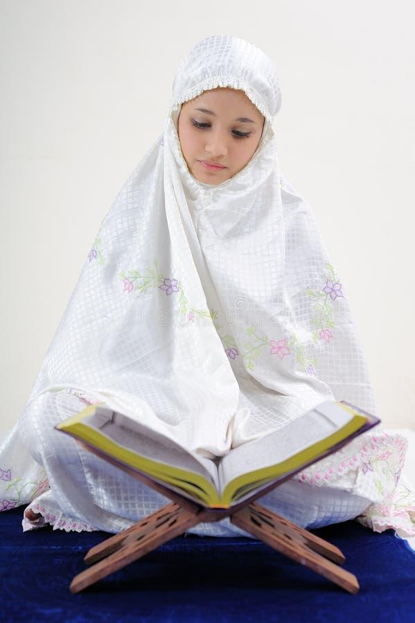 Moslemische Frauen, die Koran lesen stockfotografie