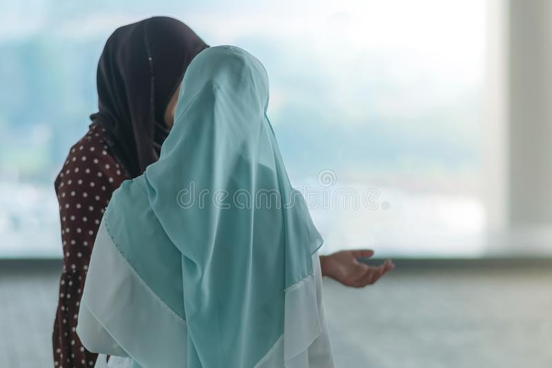Moslemische Frauen warten auf Freunde, um zusammen zu reisen stockfotos