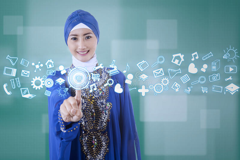 Moslemische Geschäftsfrau, die moderne Schnittstelle verwendet stockfoto