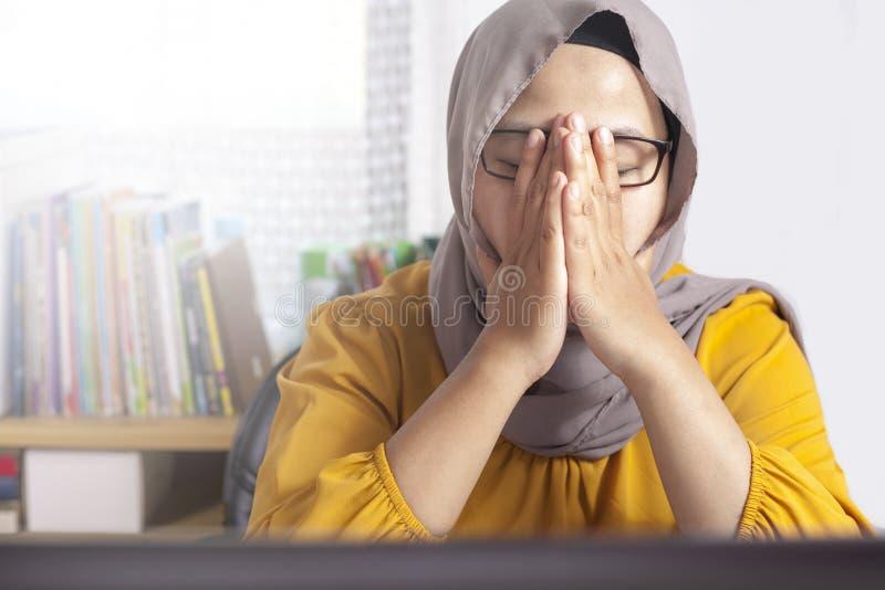 Moslemische Gesch?ftsfrau Working auf Laptop im B?ro, m?de Druck-Kopfschmerzen-Geste lizenzfreies stockfoto