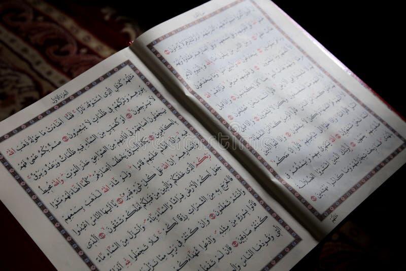 Moslemische Heilige Schrift des Korans lizenzfreie stockbilder