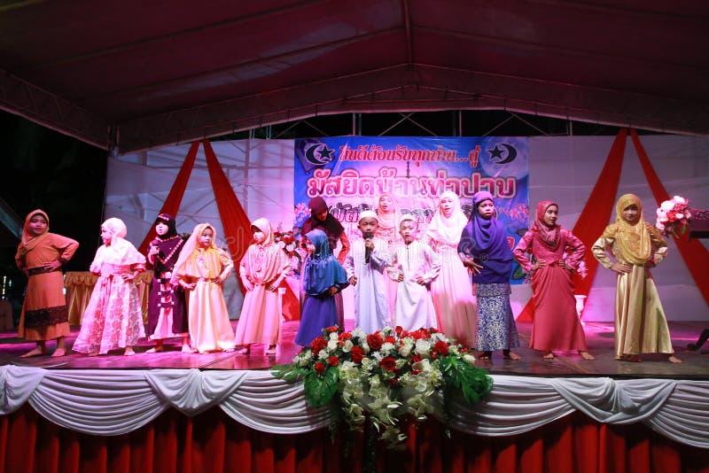 Moslemische Jugend, die für moslemische Gott-und Gebets-Zeit singt lizenzfreies stockfoto