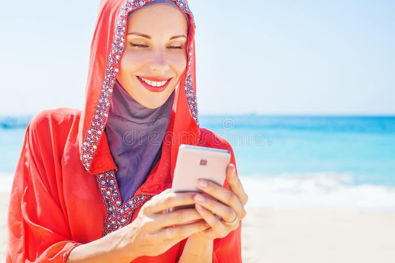 Moslemische kaukasische (russische) Frau, die rotes Kleid trägt stockfotografie