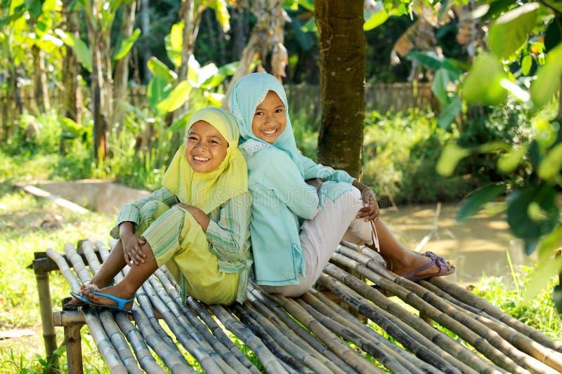 Moslemische Kinder im Freien lizenzfreie stockbilder