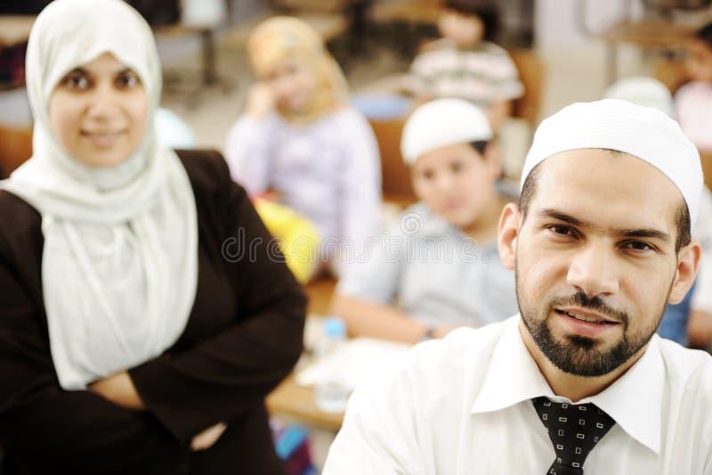 Moslemische männliche und weibliche Lehrer im Klassenzimmer lizenzfreies stockfoto