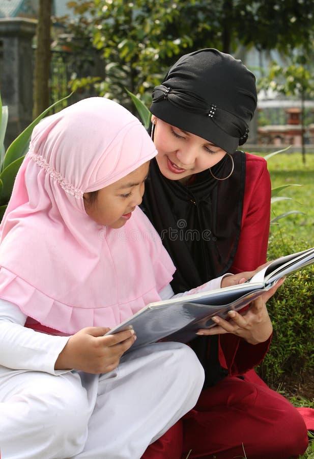 Moslemische Mutter und Kind stockfotografie