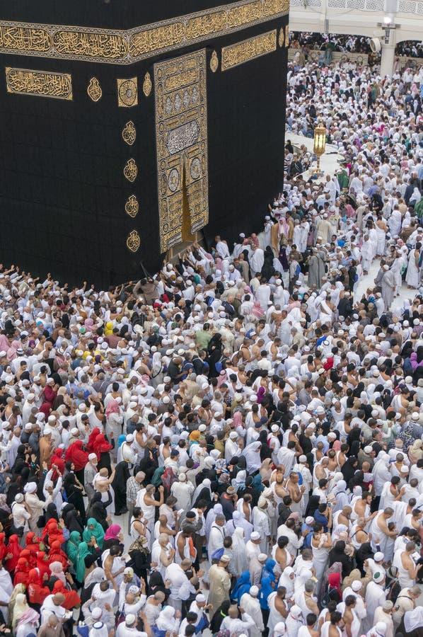 Moslemische Pilger circumambulate das Kaaba nahe schwarzem Stein bei Masjidil Haram in Makkah, Saudi-Arabien stockfotos