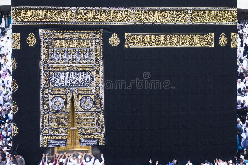 Moslemische Pilger circumambulate und berühren das Kaabah stockbild