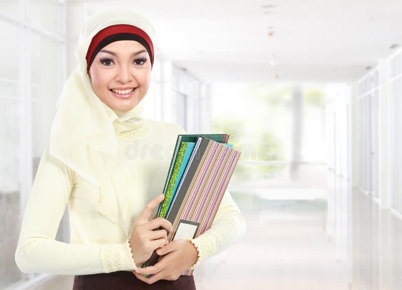 Moslemischer asiatischer Student am Campus lizenzfreie stockfotos
