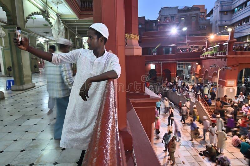 Moslemischer Junge, der selfie w?hrend Iftar-Partei bei Nakhoda Masjid, Kolkata, Indien nimmt lizenzfreie stockfotos