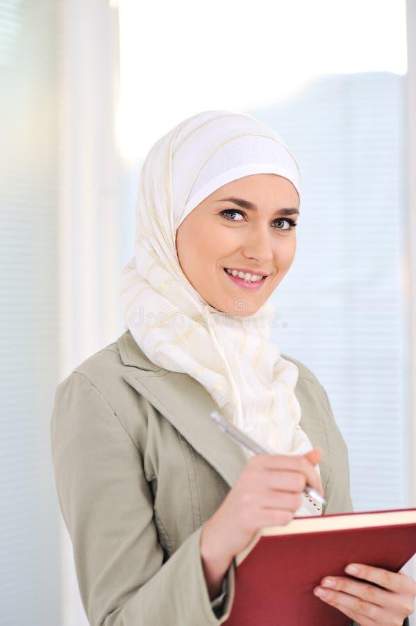 Moslemischer kaukasischer weiblicher Kursteilnehmer lizenzfreies stockfoto