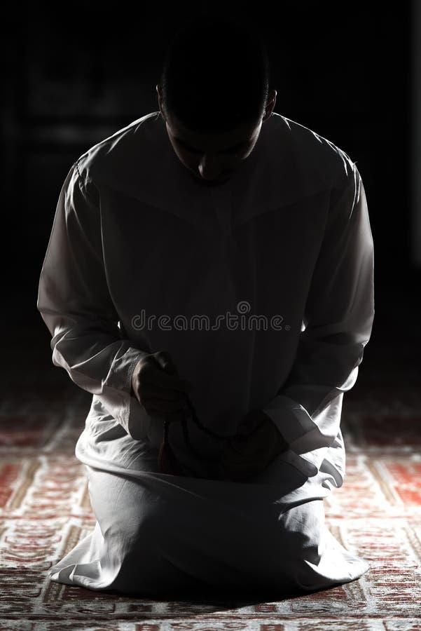 Moslemischer Mann betet in der Moschee lizenzfreies stockfoto
