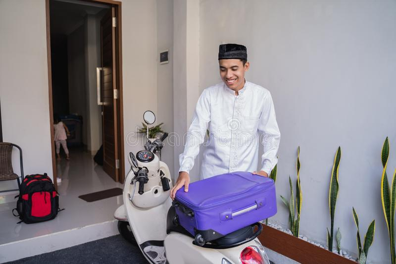 Moslemischer Mann, der für eid Mubarak-lebaran durch motorcyle reist stockfotos
