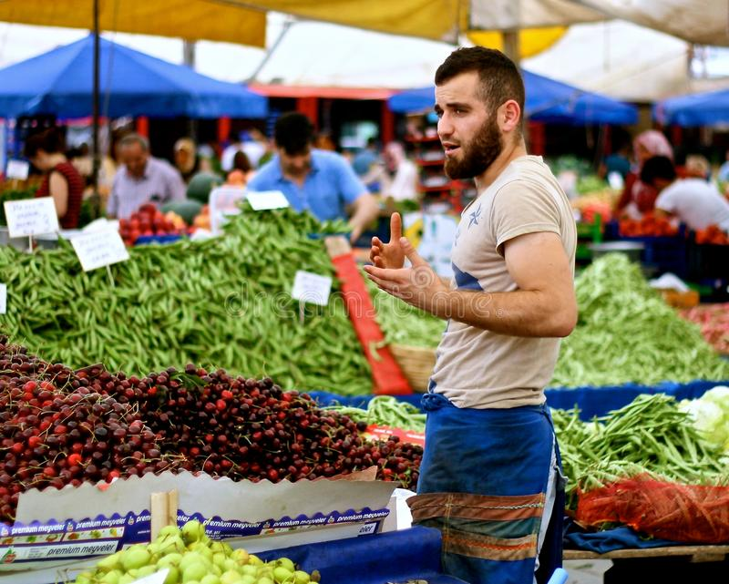 Moslemischer Mann, der Frucht verkauft stockfoto