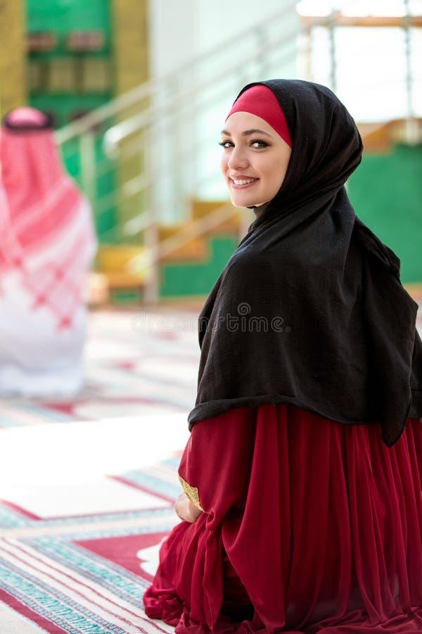 Moslemischer Mann und Frau, die in der Moschee betet stockfoto