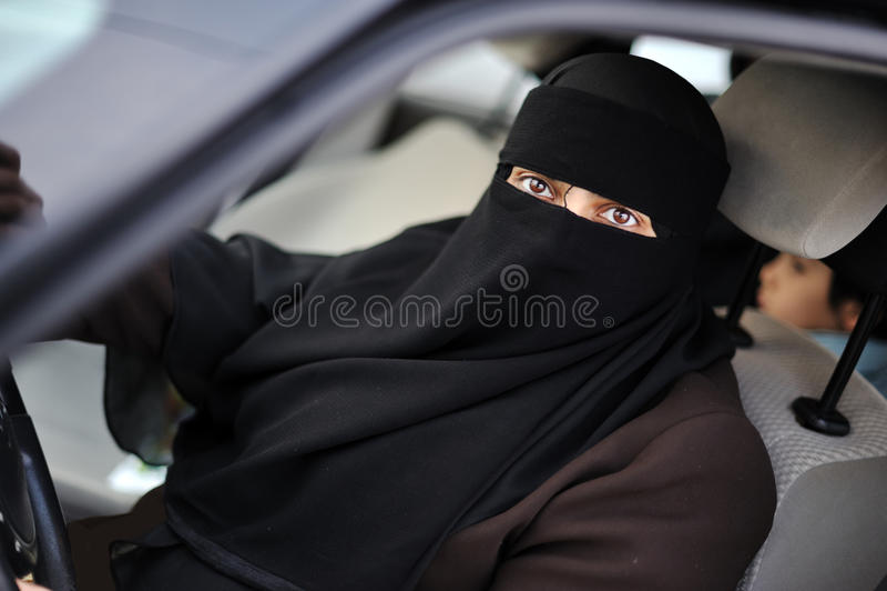 Moslemischer nahöstlicher weiblicher Treiber lizenzfreies stockbild