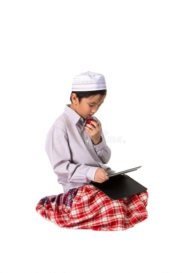 Moslemisches Jungenessen stockbilder