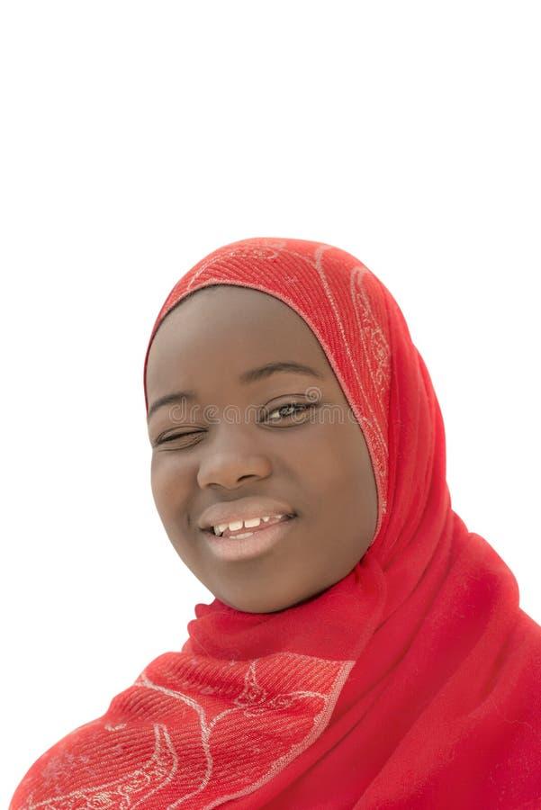 Moslemisches Mädchen, das einen Wink macht, zwölf Jahre alt, lokalisiert, stockfotos