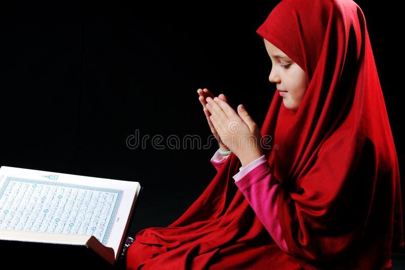 Moslemisches Mädchen mit heiligem Koran stockbilder