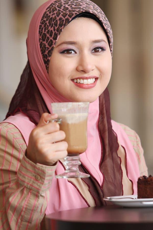 Moslemisches Mädchen war Frühstück stockfotos