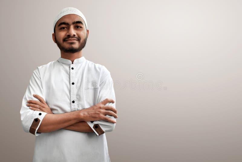Moslemisches Mannlächeln auf weißem Hintergrund lizenzfreies stockfoto