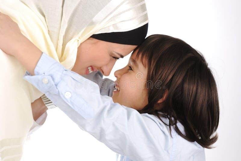 Moslemisches Mutter- und Sohnlieben stockfotografie