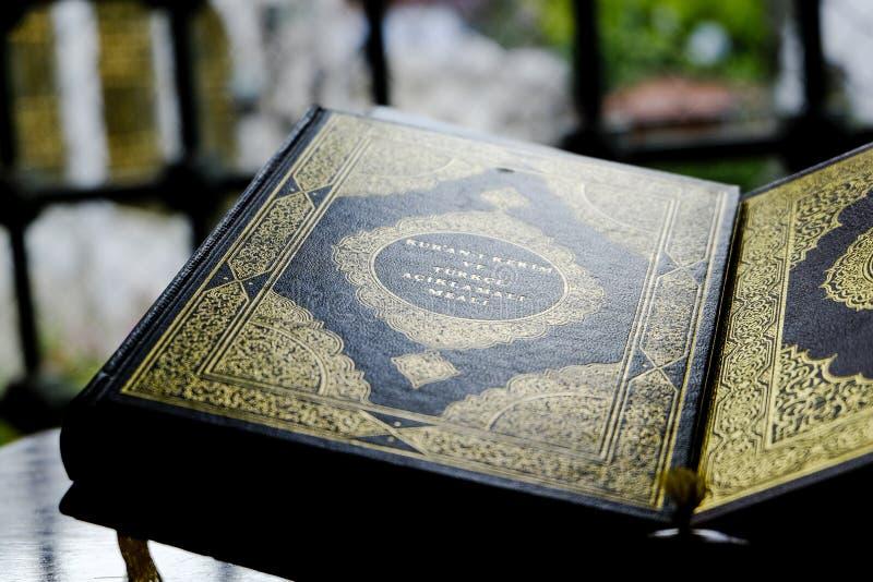 Moslemisches Quranbuch auf einem Stand lizenzfreies stockfoto
