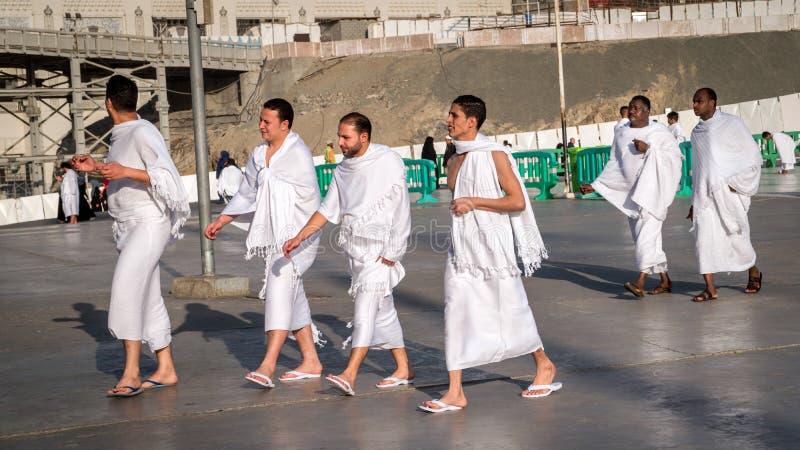 Moslems bereitet tragende ihram Kleidung und für Hadsch vor stockfotos