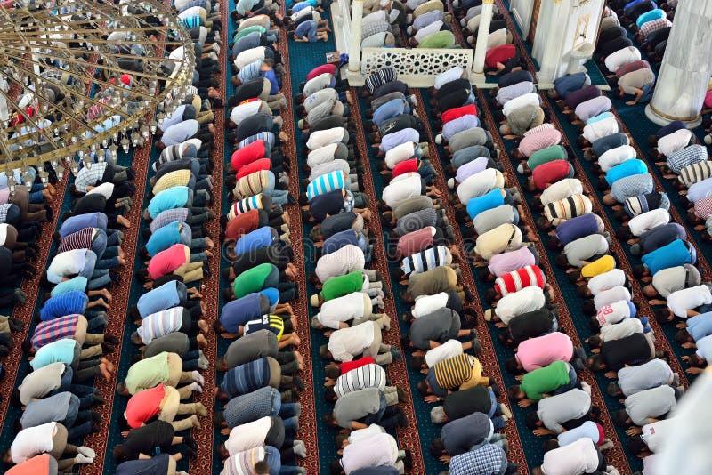 Moslems in der Moschee für Gebet waren rein stockbilder
