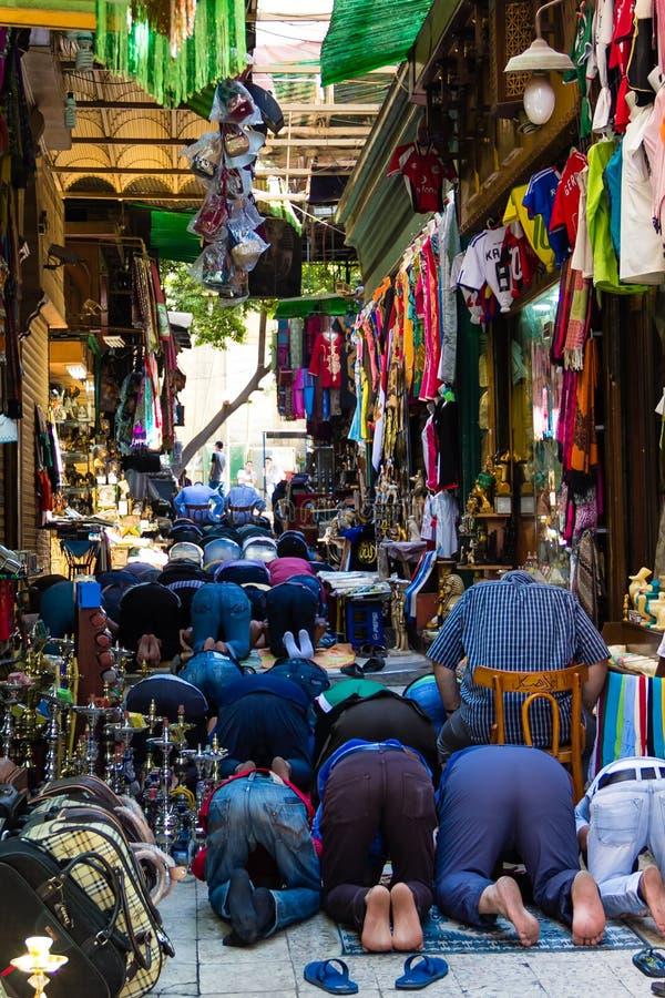 Moslems, die bei Khan el-Khalili Bazaar, Kairo in Ägypten beten stockfotografie