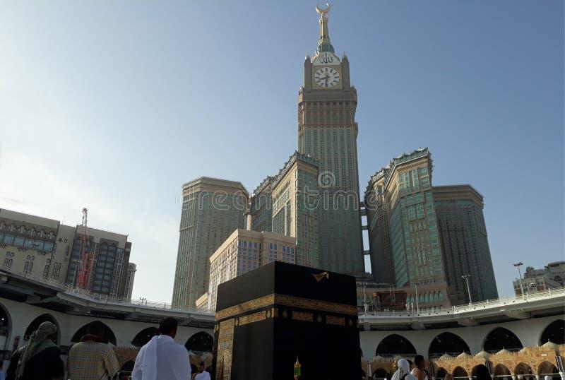 Moslems, die morgens tawaf bei heiligem Kaabah durchführen Moslems stellen die Richtung von Kaaba gegenüber, wenn sie Gebet durch stockfotografie