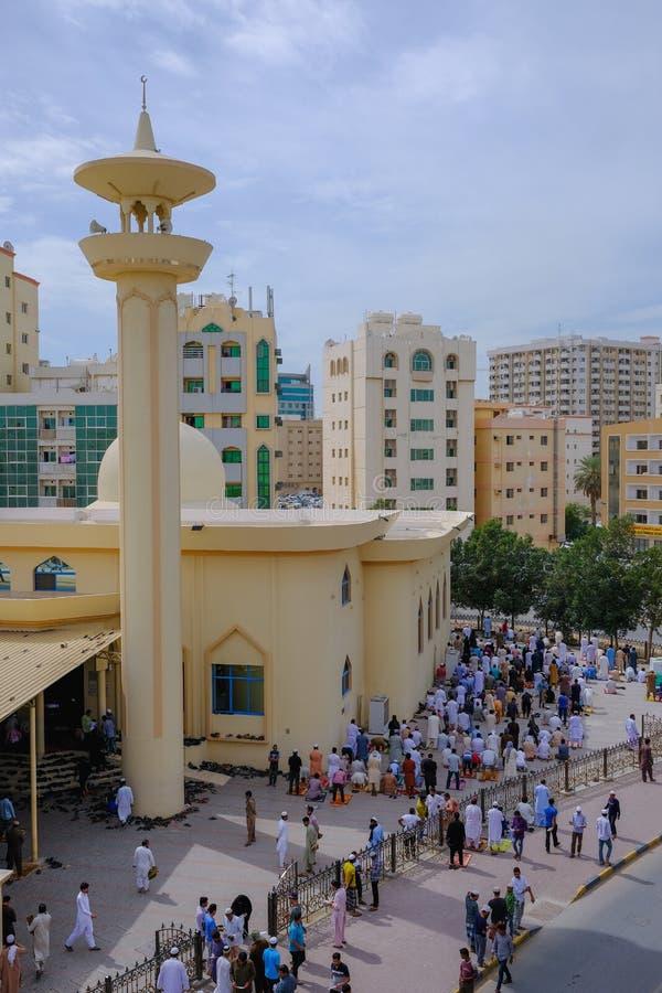 Moslems, die zurück gehen, nachdem Freitag-Gebete an der Moschee gebetet worden sind lizenzfreie stockbilder