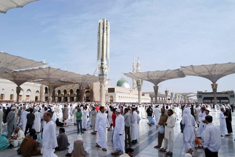 Moslems nach Freitag-Gebetsfront der Nabawi-Moschee, Medina stockfotos