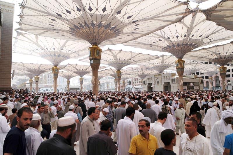 Moslems nach Freitag-Gebetsfront der Nabawi-Moschee, Medina stockfotografie