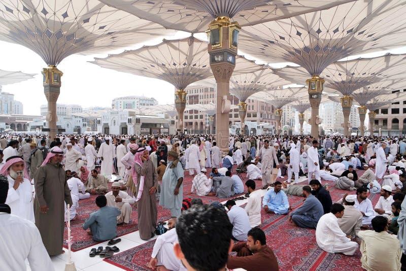 Moslems nach Freitag-Gebetsfront der Nabawi-Moschee, Medina lizenzfreies stockfoto