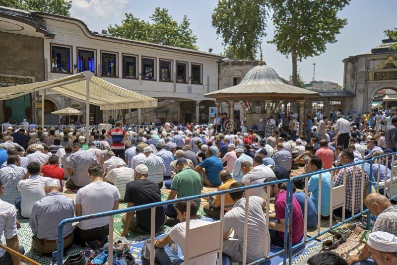 Moslems traten für Freitag-Gebete während Ramadans bei Eyup Sulta zusammen lizenzfreie stockfotografie