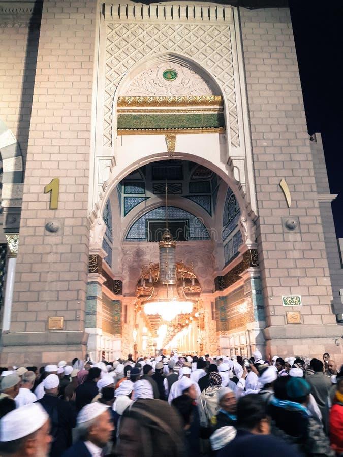 Moslems vor Bab As Salam Door Masjid Nabawi, Medina lizenzfreies stockbild