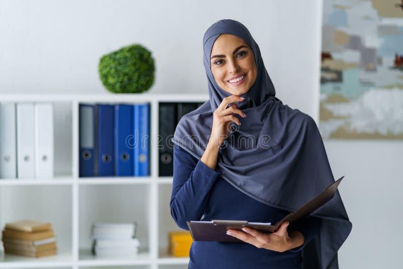 Moslim bedrijfsdame gekregen geinteresseerd royalty-vrije stock fotografie
