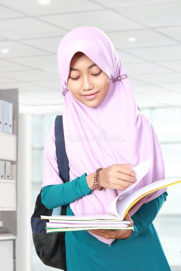 Moslim de lezingsboek van de jong geitjestudent royalty-vrije stock afbeelding