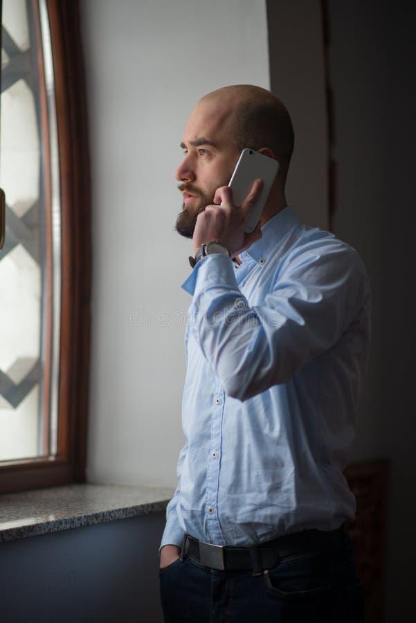 Moslim die op telefoon spreken stock foto