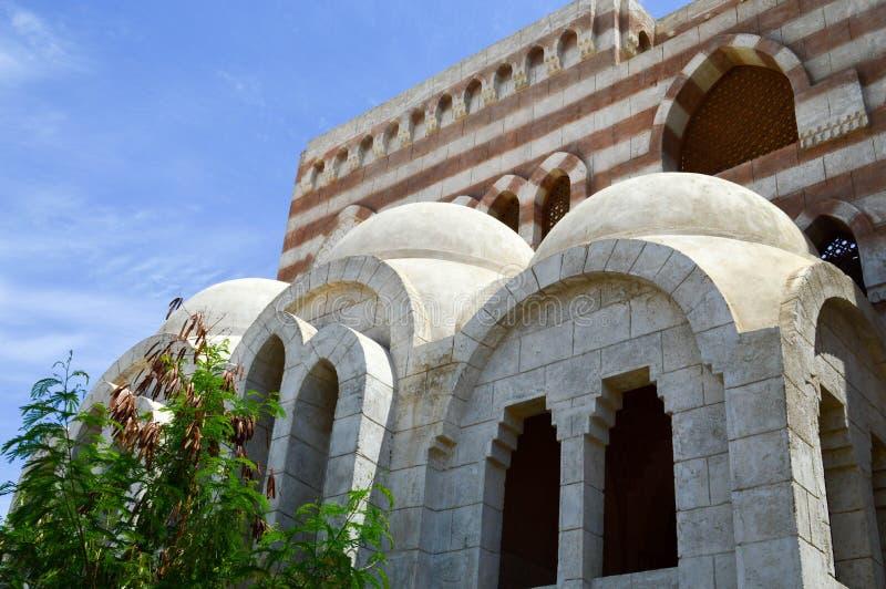 Moslim Islamitische Arabische moskee die van witte baksteen voor het bidden van architectuur met bogen, koepels en gesneden drieh royalty-vrije stock afbeeldingen