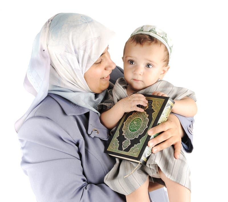Moslim moeder en haar weinig zoon stock fotografie