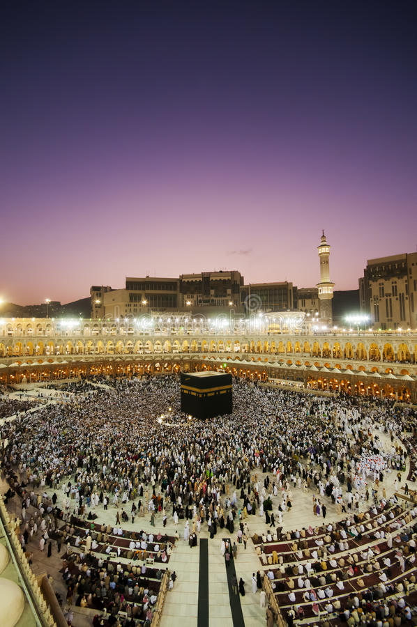 Moslim pelgrims circumambulate Kaaba bij dageraad royalty-vrije stock afbeeldingen