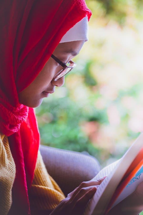 Moslim, tiener die een boek lezen stock foto's