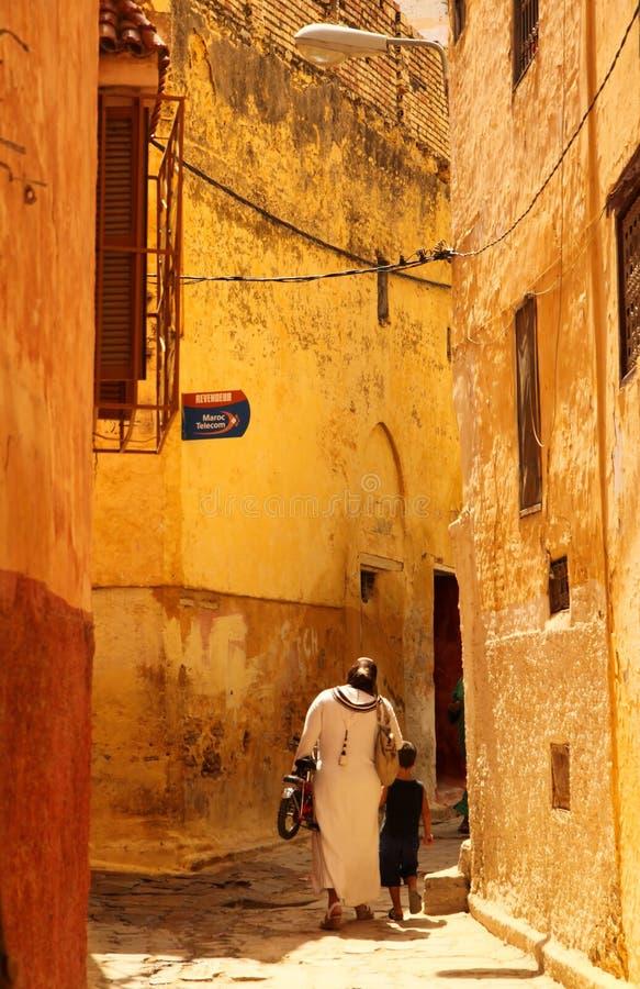 Moslim vrouw en zoon in medina royalty-vrije stock foto