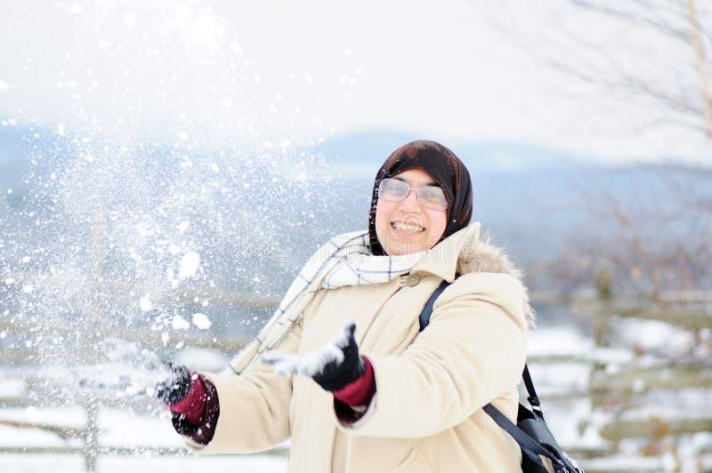 Moslim vrouw in sneeuw royalty-vrije stock afbeelding