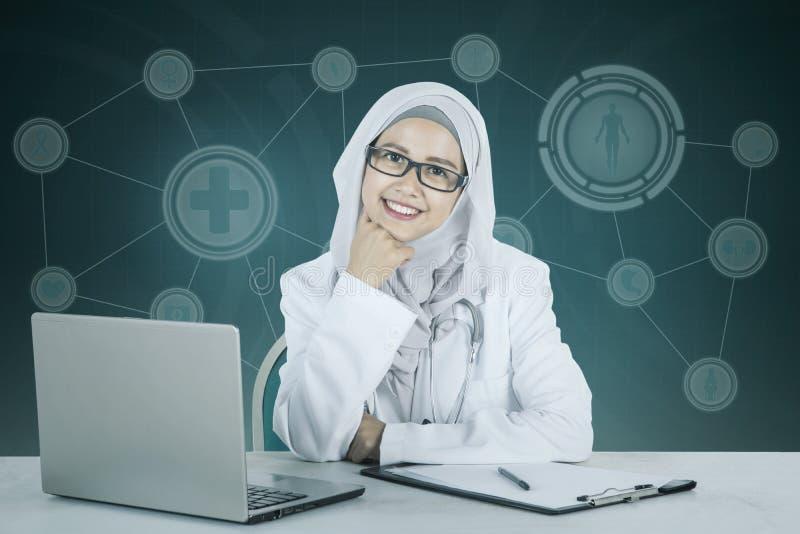 Moslim vrouwelijke arts die bij de camera glimlachen royalty-vrije stock foto's