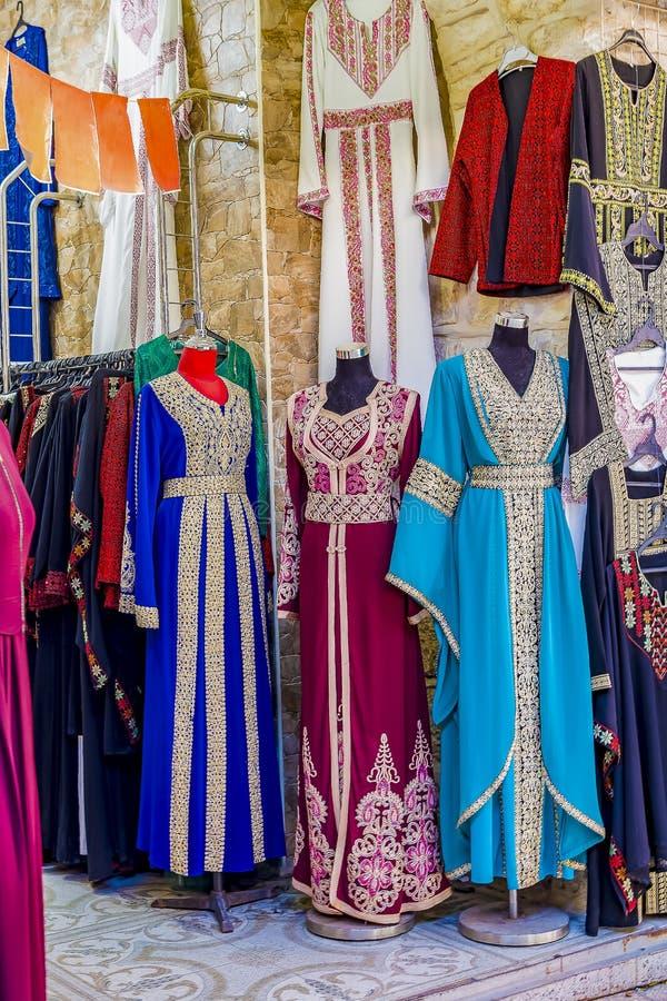 Download Moslim Vrouwelijke Kledingsabaja Die Tijdens Het Vieren Islamitische Vakantie Wordt Voorgesteld Stock Afbeelding - Afbeelding bestaande uit oezbekistan, ottoman: 114226447