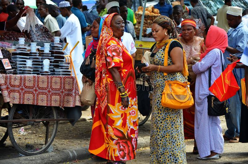 Moslim vrouwen die in bezige markt winkelen stock afbeelding