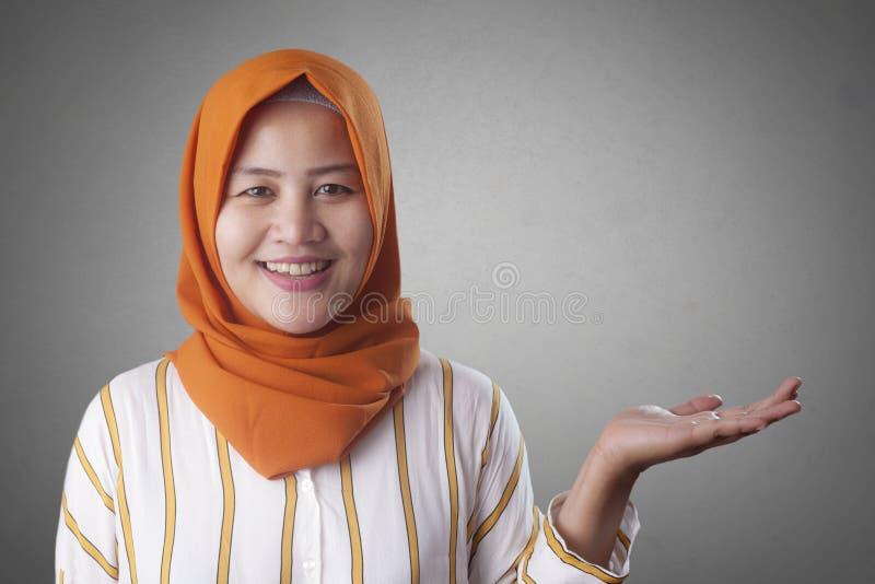 Moslimdame Presenting Something aan Haar Kant met Exemplaarruimte royalty-vrije stock fotografie